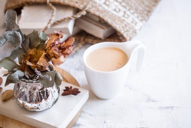 Natura morta di un libro e una tazza di caffè