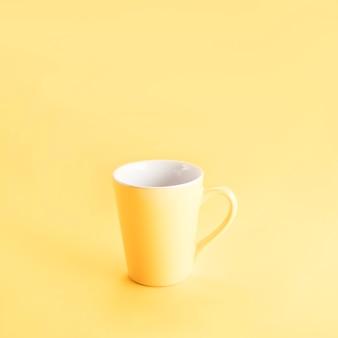 Natura morta di una tazza gialla