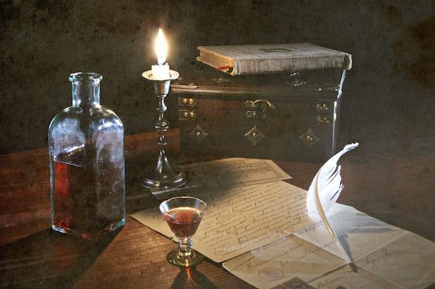 Natura morta di vecchia storia con la candela e la lettera sul fondo di lerciume