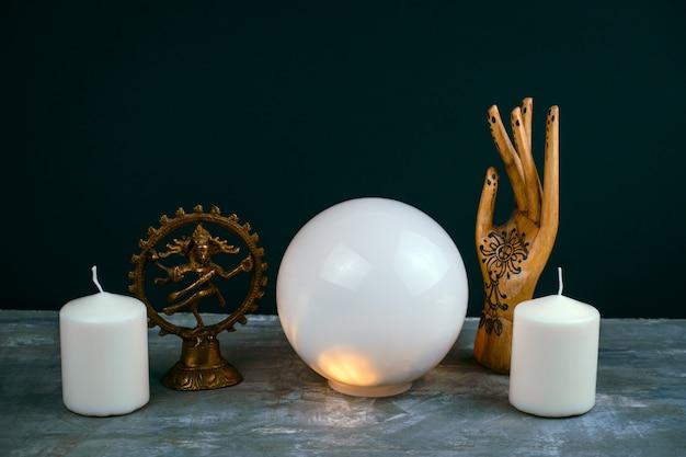 Natura morta esoterica con una sfera di cristallo