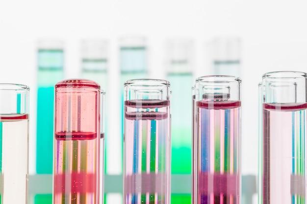 Natura morta in laboratorio. provette con sostanze chimiche colorate