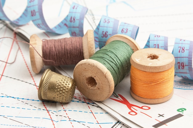 Natura morta vari accessori per cucire nello schema