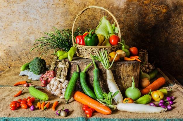 Natura morta verdure, erbe e frutta.