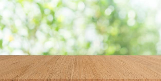 Natura verde con tavola di legno