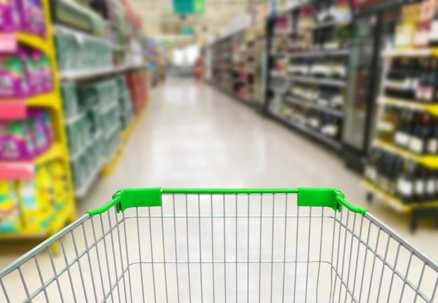 Navata laterale del supermercato con carrello della spesa