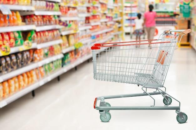 Navata laterale del supermercato con il carrello vuoto al concetto di affari di vendita al dettaglio della drogheria