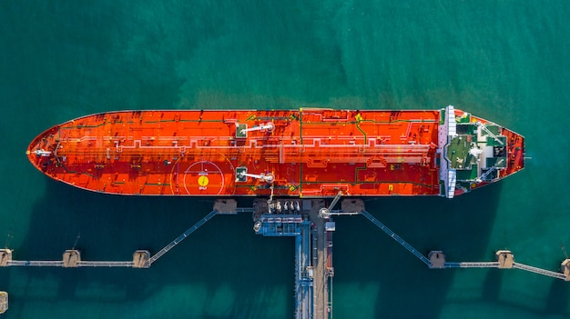 Nave cisterna di vista aerea che scarica al porto, olio dell'esportazione dell'importazione di affari con l'olio del trasporto della nave cisterna.