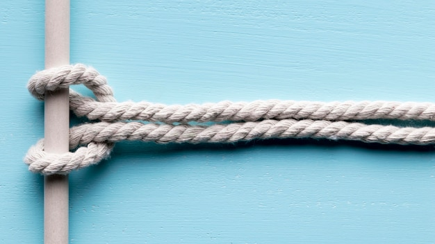 Nave corde bianche piccolo nodo su una barra
