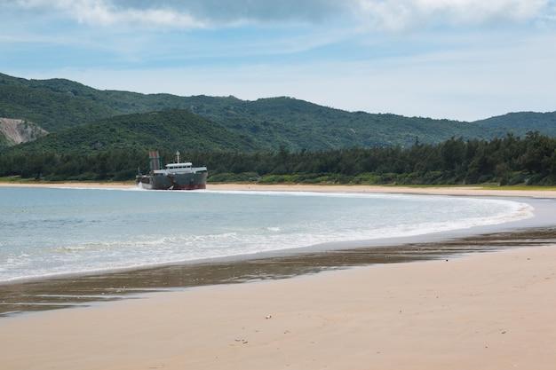 Nave da carico abbandonata che naviga sulla spiaggia