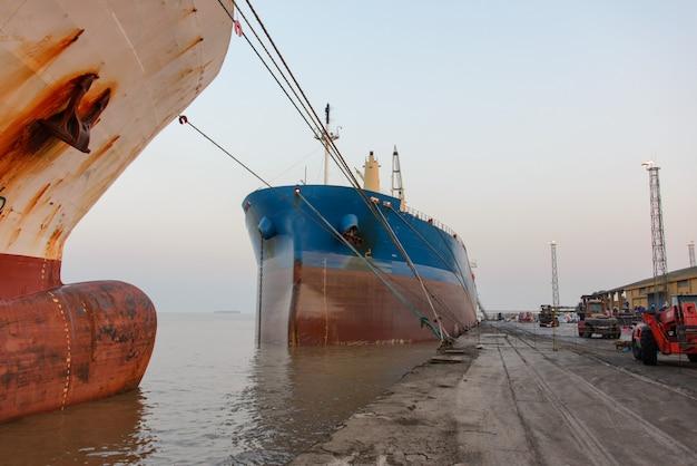 Nave da carico ormeggiata nel porto