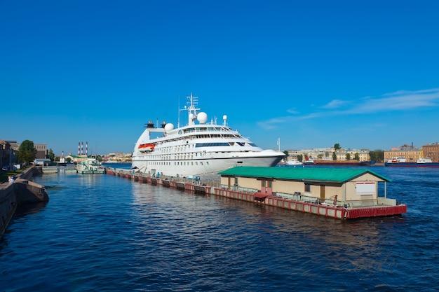 Nave da crociera al porto di san pietroburgo