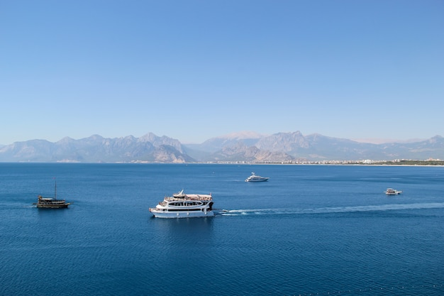 Nave da crociera nel mar mediterraneo in estate. antalya view concept