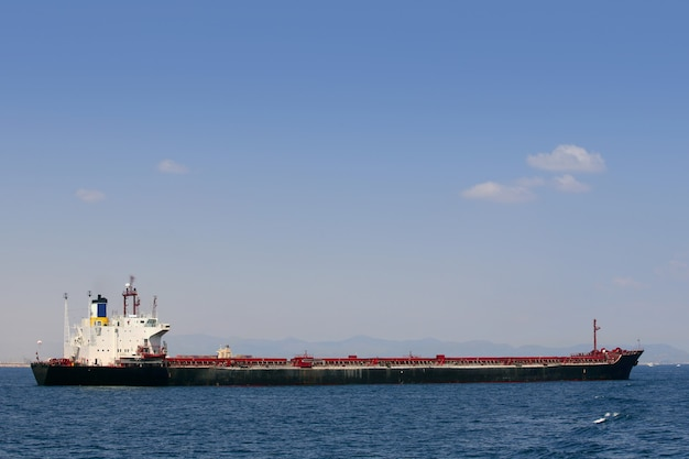 Nave mercantile che naviga in alto mare