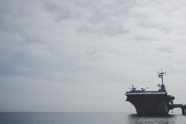 Nave navale attraccata