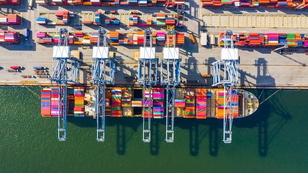 Nave porta-container che carica e che scarica nel porto marittimo profondo, vista superiore aerea dell'importazione logistica di affari ed esportazione del trasporto merci