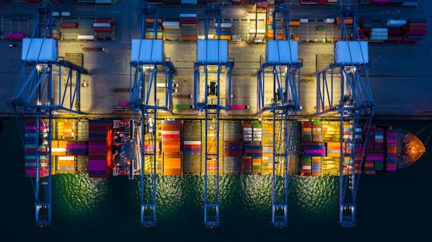 Nave porta-container che lavora di notte.