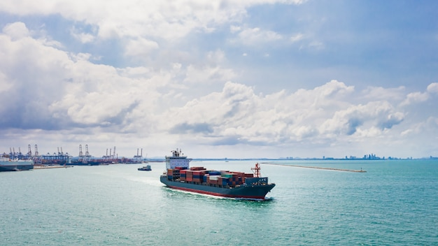 Nave porta-container che naviga l'oceano, vista aerea di logistica del carico di affari