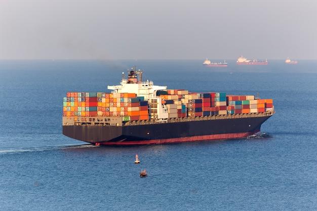 Nave porta-container per attività di esportazione di importazione.