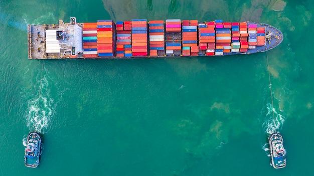 Nave portacontainer che lavora al porto industriale, logistica di importazione ed esportazione di affari e trasporto di internazionale