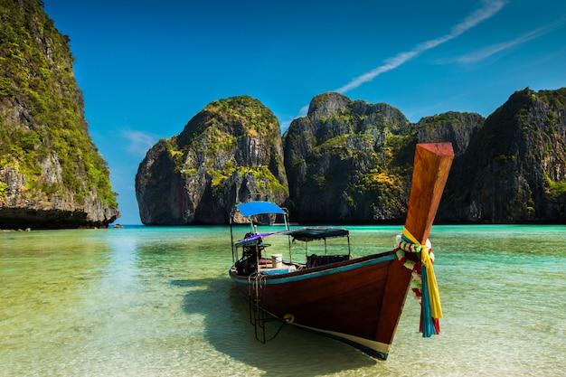 Nave turisti atterraggio sull'isola di phi phi. maya bay