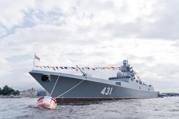 Navi da guerra della marina russa. la celebrazione del giorno della marina
