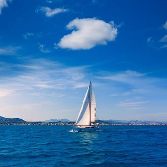 Navigazione della barca a vela di javea nel mediterraneo alicante spagna