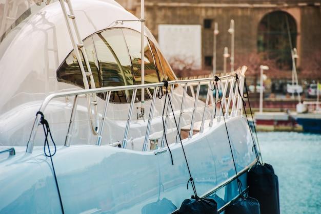 Navigazione moderna dell'yacht di lusso