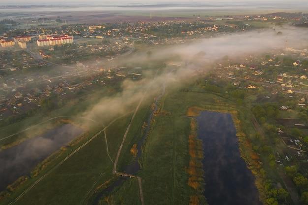 Nebbia al mattino in città. vista dall'alto