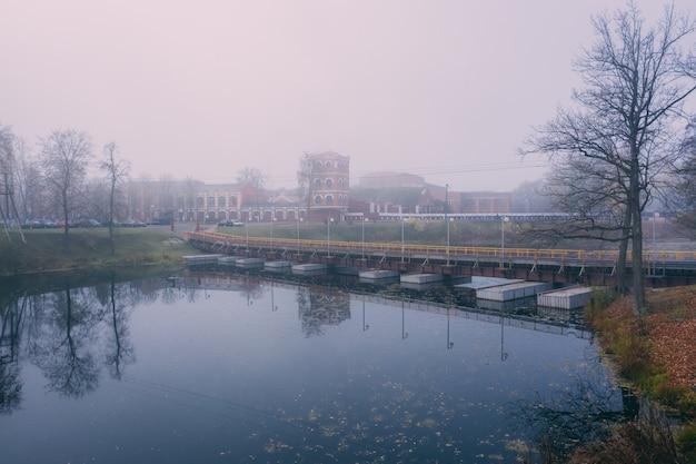 Nebbia autunnale in città