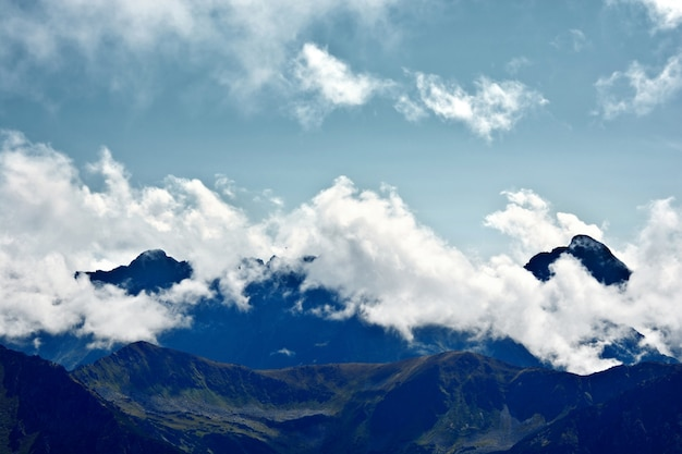 Nebbia e nuvole in montagna.
