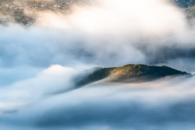 Nebbia mattutina sul lago kawaguchi chiusa al monte fuji