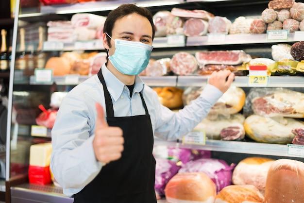 Negoziante che indossa una maschera