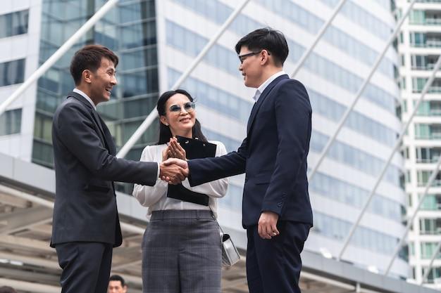 Negoziare affari, immagine di uomini d'affari che stringono la mano con un accordo per affari, stretta di mano che gesturing persone