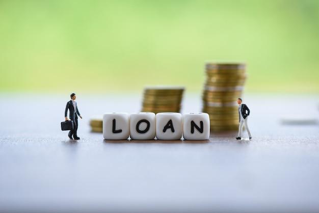 Negoziazione di prestito finanziario dell'uomo d'affari per prestatore e mutuatario su approvazione di prestito ipotecario del documento di affari