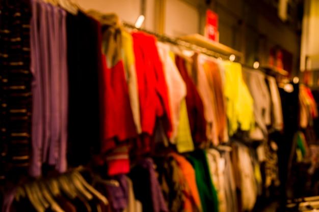 Negozio di abbigliamento con effetto sfocato
