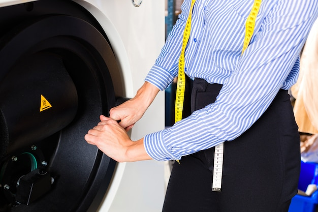 Negozio di alimentari che utilizza la macchina per il lavaggio a secco