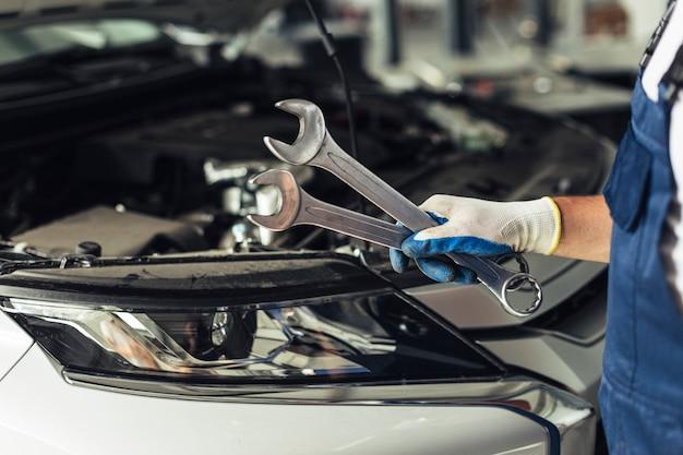Negozio di assistenza auto vista frontale per la riparazione di automobili