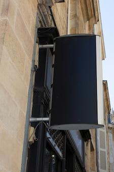 Negozio di cartello vuoto vuoto sulla strada segno quadrato nero sul muro del negozio in mock