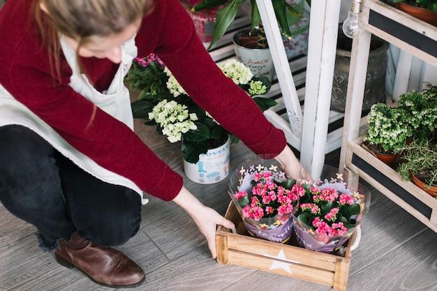 Negozio di decorazione donna con scatola di fiori