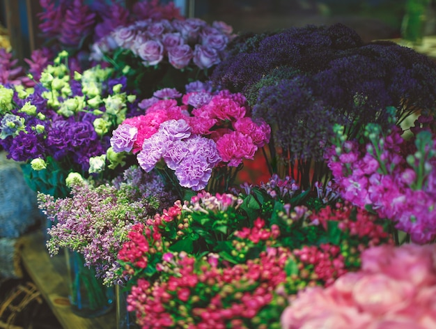 Negozio di fiori con molte varietà di fiori
