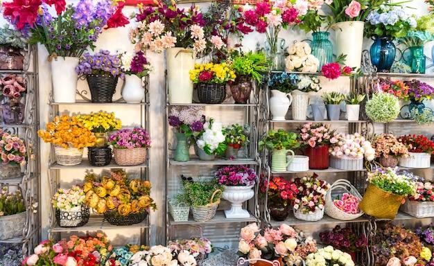 Negozio di fiori, mazzi di fiori sullo scaffale, attività di fiorista