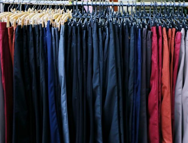 Negozio di pantaloni colorati