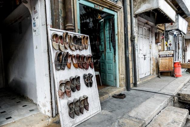 Negozio di scarpe tradizionale nel rajasthan, in india