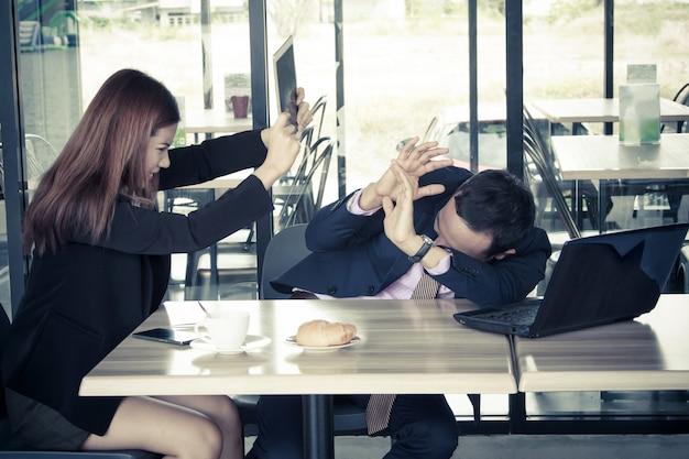 Nel caffè uomo d'affari arrabbiato della donna di affari, concetto di affari di protrait