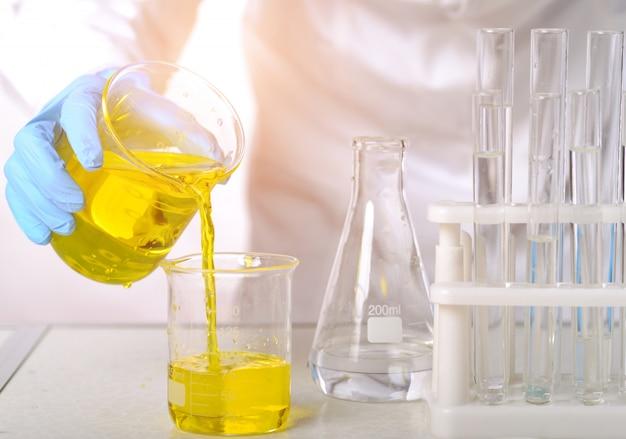 Nel laboratorio di chimica, le scienziate stanno facendo esperimenti