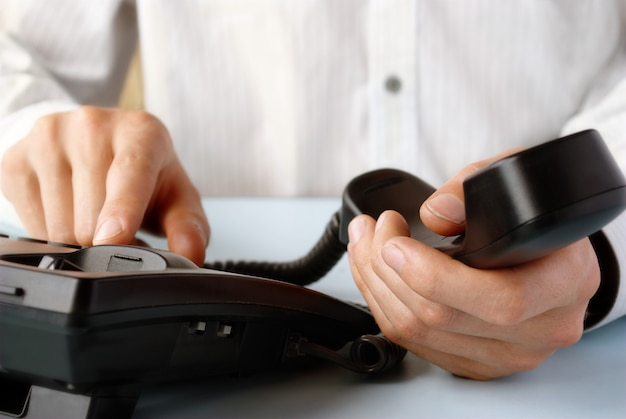 Nell'ufficio di un uomo che tiene il telefono