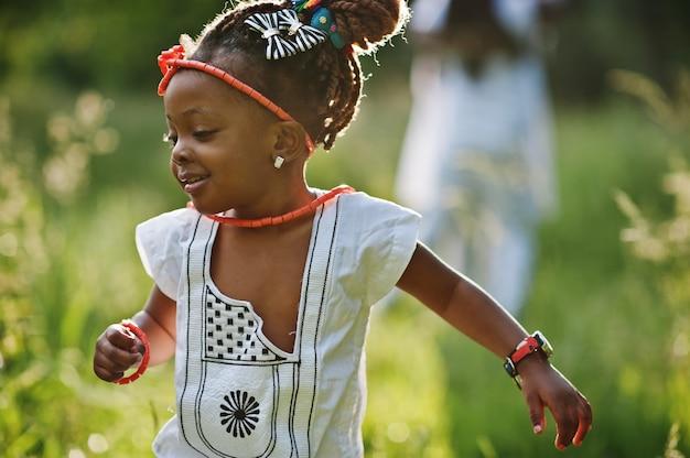 Neonata africana che cammina al parco