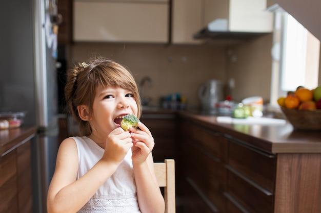 Neonata che mangia uno spuntino a casa