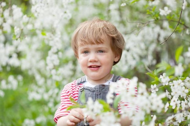 Neonata in giardino primaverile