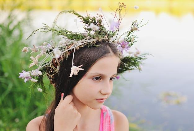 Neonata in una corona di fiori di campo
